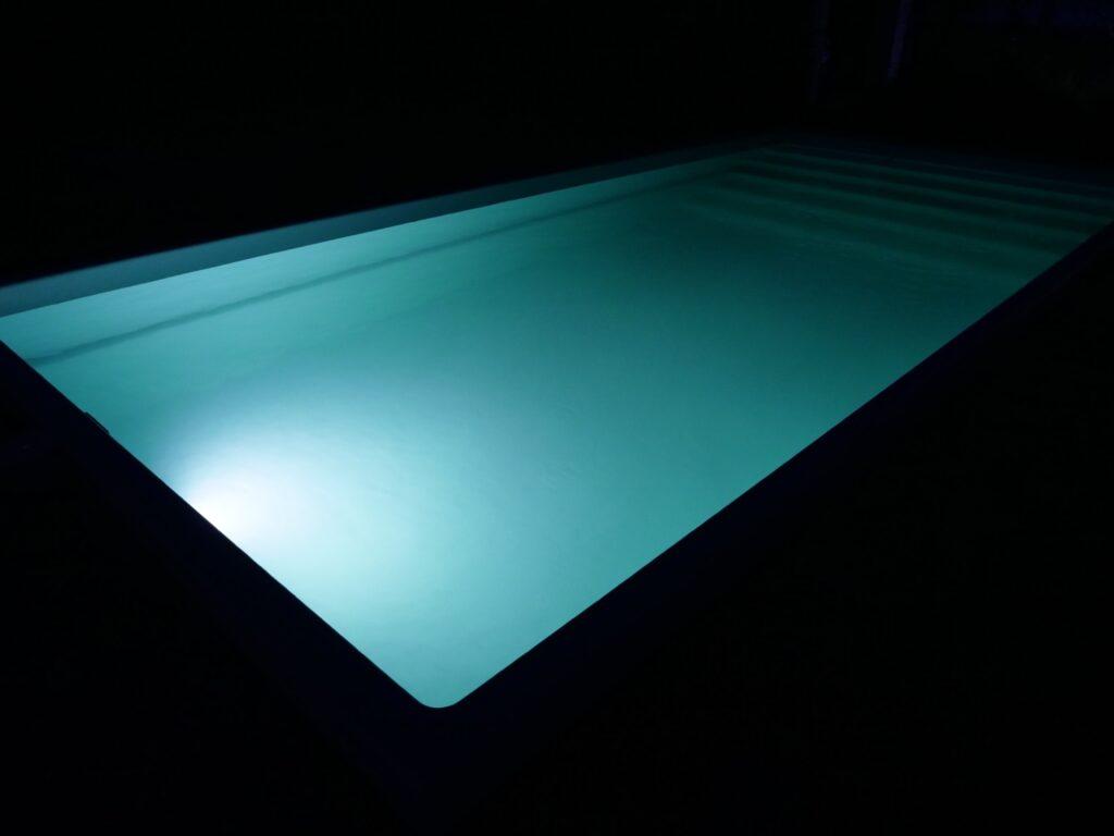 Проверка системы подсветки в бассейне