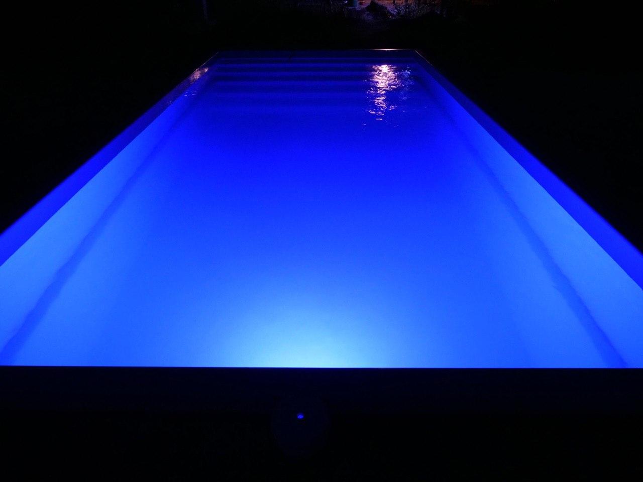 Ночная подсветка композитного бассейна