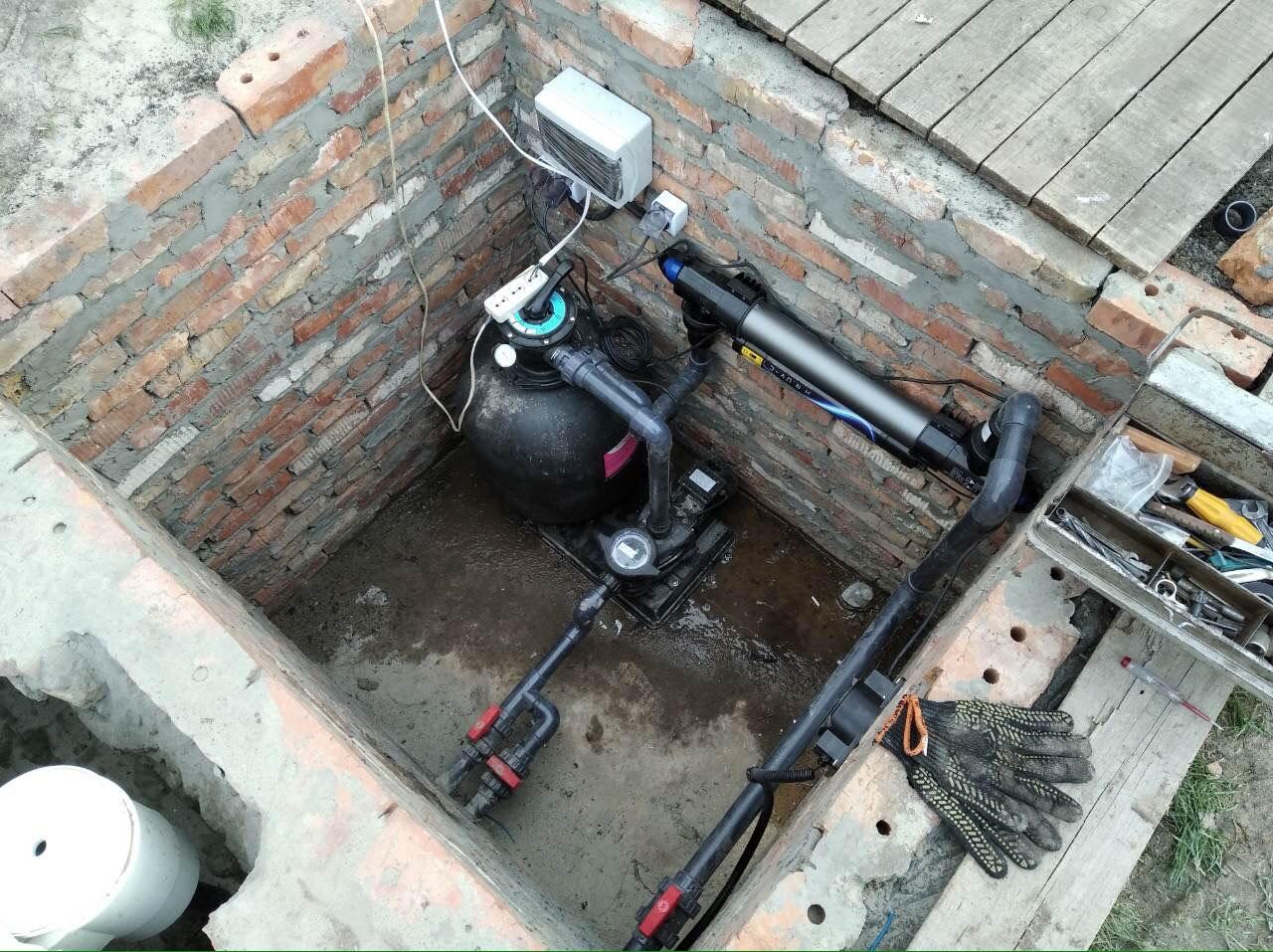 Оборудование в приямке для композитного бассейна